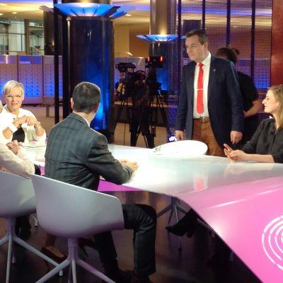 A-studion Brysselin toimittajia.