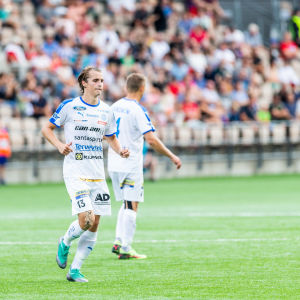 Fotbollsspelaren Lassi Järvenpää springer under match.