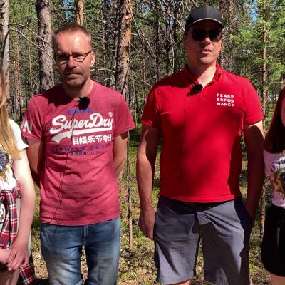 Lassi Konttajärvi ja Aarno Parkkila tyttäriensä kanssa Sevettijärven hautausmaalla.