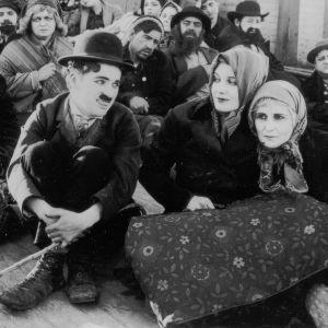 Charles Chaplin ja Edna Purviance elokuvassa Siirtolainen (The Immigrant).
