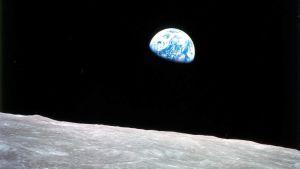 Jorden går upp över månen. Fotografi från Apollo 8-expeditionen.
