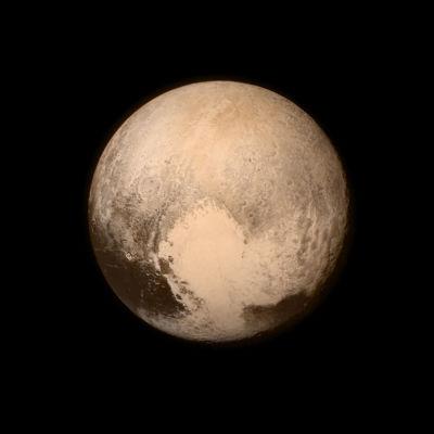 Bild av Pluto tagen av sonden New Horizons 2015