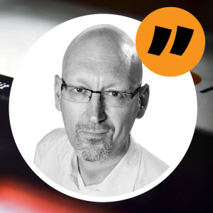 Citatbild på redaktör Pekka Palmgren ovanpå en bild på en mobilskärm med Reddit-applikationens nedladdningssida öppen.