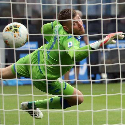 Jesse Joronen slänger sig mot en boll som går in i mål.