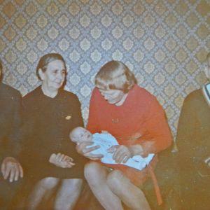 Heli Laaksosen ristiäiskuva, jossa on mukana sukulaisia.
