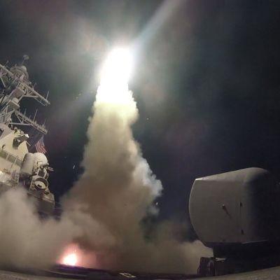 USS Porter (DDG 78) alukselta ammutaan Tomahawk-risteilyohjuksia.