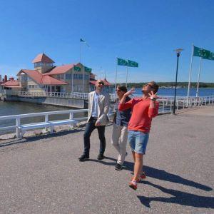 Jontti promenerar med Alf och Ragnhild från Norge utanför Knipan i Ekenäs