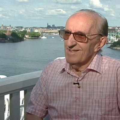 Erik Lindström haastateltavana Tukholmasa
