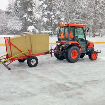 Traktori jäädyttää Töpinän kentällä.