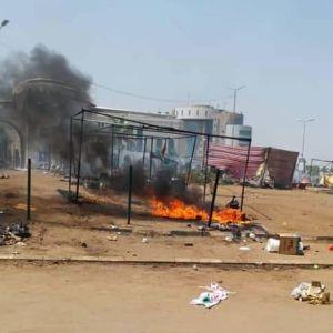 Spåren efter den del av protestlägret i Khartoum som säkerhetsstyrkorna skingrade på måndagen.