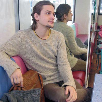 Mikael Saari istuu kahvilassa.