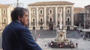 Catanias borgmästare Enzo Bianco blickar ut från sin balkong.