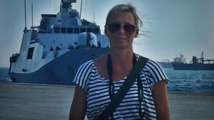 Yles redaktör Jessica Stolzmann i hamnen i Augusta. Italienska flottan hämtar in 384 asylsökande som räddats utanför Libyens kust.