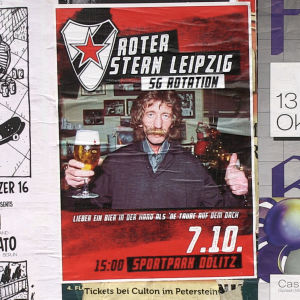 En mustaschprydd man med en öl i handen på en reklamaffisch.