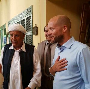 Rauhanneuvottelija Antti Pentikäinen Libyassa neuvottelemssa paikallisten heimojohtajien  kanssa.