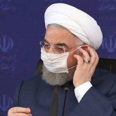 President Hassan Rouhani med ett ansiktsskydd på.