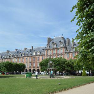 Ranskan vanhin aukio Place des Vosges suihkulähteineen Pariisissa. Kuva: Silja Suhonen