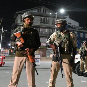 Indiska soldater vid en vägspärr i Kashmirs huvudstad Srinagar