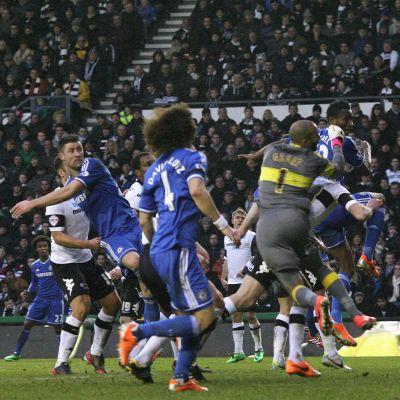John Obi Mikel vie Chelsean 1-0-johtoon Derbyn vieraana.
