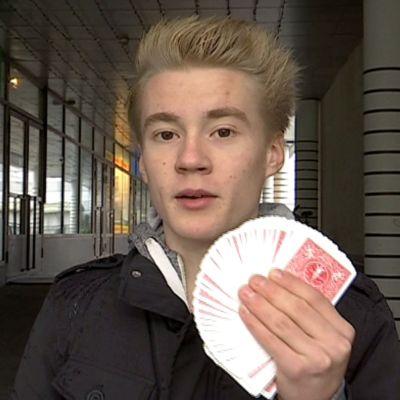 Aatu Itkonen korttipakka käsissään