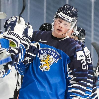 Finlands JVM-lag jublar efter mål mot USA.