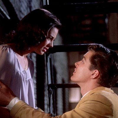 Maria (Natalie Wood) ja Tony (Richard Beymer) tapaavat luvattomasti Marian ikkunalla elokuvassa West Side Story
