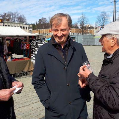Harry Harkimo tapasi ihmisiä Kuopion torilla huhtikuussa 2018.