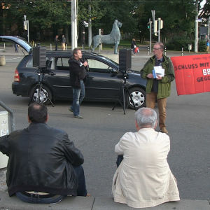 Bild på en handfull människor som demonstrerar i Tyskland.