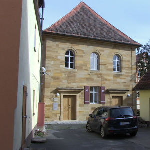Synagogan i byn Ermreuth står tätt inklämd bland husen