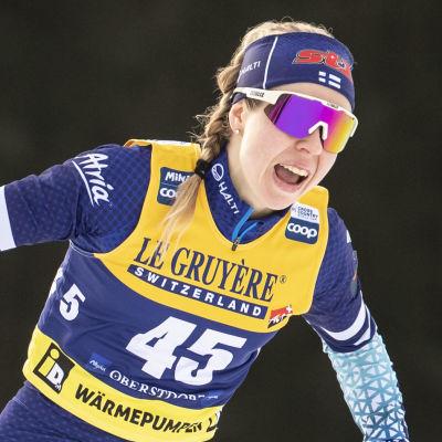 Laura Mononen åker skidor.