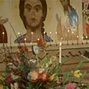 Ortodoksipappi pääsiäisalttarin edessä