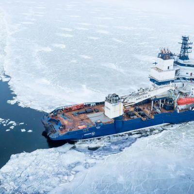 Bild på isbrytare som jobbar sig igenom isen.