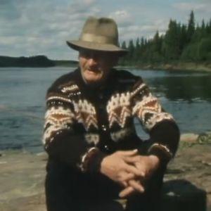 Vanha mies Ounasjoen rannalla.