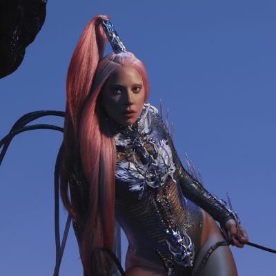 Lady Gaga sinistä taustaa vasten