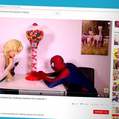 Elsa ja Spiderman Toy Monsterin videolla.