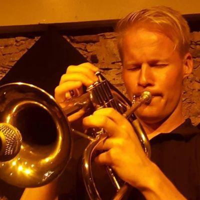Visa Haarala soittaa trumpettia lähikuvassa
