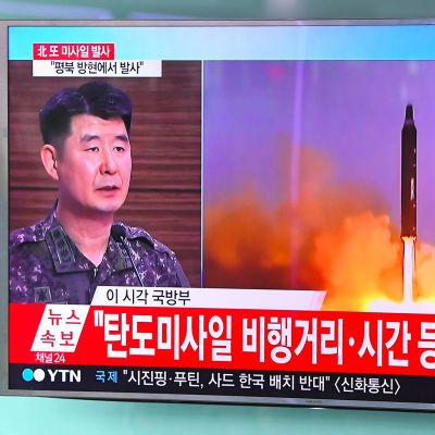 Eteläkorealainen sotilas katsoo uutislähetystä Pohjois-Korean ohjuskokeesta 4. heinäkuuta.