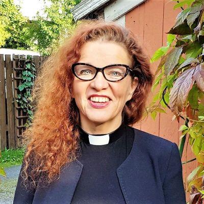 Teologiantohtori, pastori Mari-Anna Auvinen syksyisessä villiviinipuutarhassa