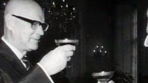Urho Kekkonen tar en drink