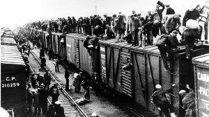 Suuri joukko junapummeja kiipeää junan katolle