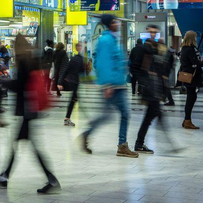 Kiireisiä ihmisiä ostoskeskuksessa.