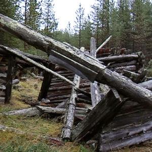 Saksalaisten rakentaman vankileirin jäänteitä Inarin Nangujärvellä