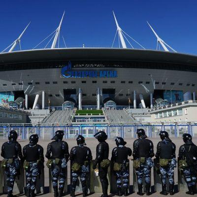 Pietarin stadion, etualalla mellakkapoliiseja