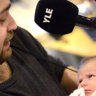 Ted håller i ett spädbarn för första gången.