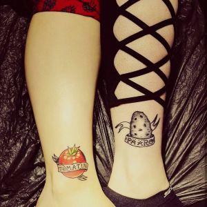 """Tatuering som föreställer en tomat med texten """"tomatin"""" och en annan tatuering som föreställer en potatis med texten """"pääro""""."""