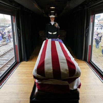 Sotilas vartioi George H.W. Bushin arkkua junakuljetuksen aikana Texasissa.
