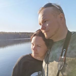 Anna Karhulahti ja Mika Ilomäki järven rannalla.