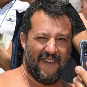 Inrikesminister Matteo Salvini med anhängare på en strand i Taormina, Sicilien