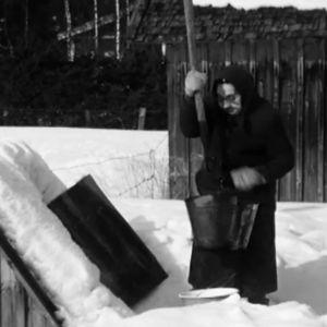 Kvinna tar vatten ur brunn, 1976