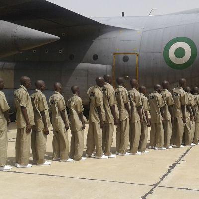 Terrorismisyytteistä vapautetut Boko Haram -järjestön jäsenet matkalla uudelleenkoulutuskeskukseen.